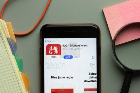 Photo pour New York, États-Unis - 26 octobre 2020 : Logo de l'application mobile de la DG Digitale Krant sur l'écran du téléphone en gros plan, Éditorial illustratif. - image libre de droit