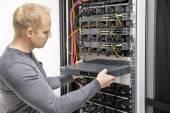 Je konzultant budovat síť stojanů v datacenter