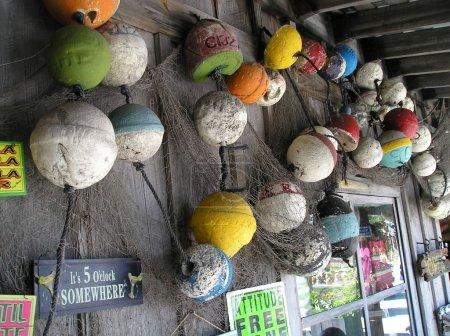Photo pour Key West Florida en particulier le porche avec un beau souvenir emporium dédié à la marine - image libre de droit