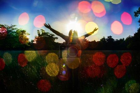 Photo pour Jeune fille écartant les mains avec joie et inspiration face au soleil, salutation au soleil, concept de liberté, oiseau volant au-dessus du signe de liberté et de liberté - image libre de droit
