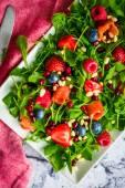 Zdravý salát s rukolou, špenátem, uzeným lososem a bobule