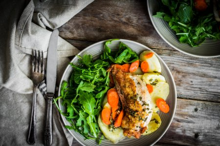Chicken with potatoes and arugula salad