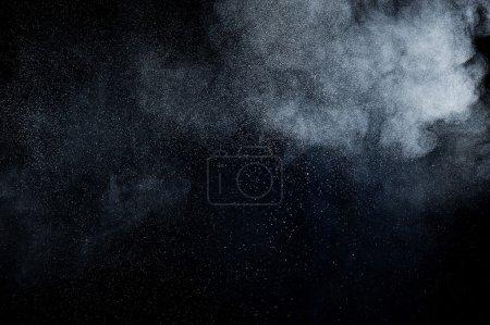 Foto de Explosión de polvo blanco abstractos sobre fondo negro - Imagen libre de derechos
