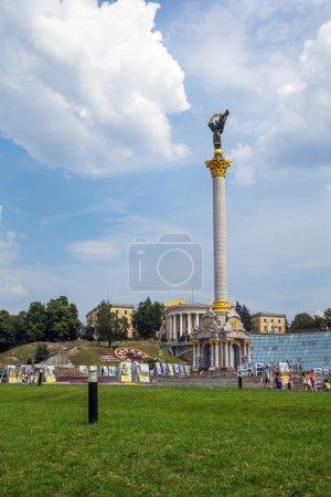 Photo pour Kiev, Ukraine - 12 août 2015 : Statue de l'indépendance sur la place de l'indépendance (Maidan Nezalezhnosti) - image libre de droit