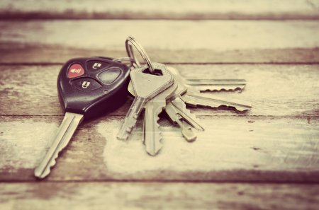 Foto de Car Keys on wood background , Old and Used vintage style . - Imagen libre de derechos