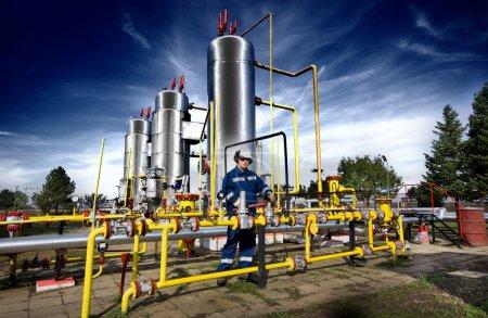 Photo pour Exploitant dans l'industrie de la production de gaz naturel - image libre de droit