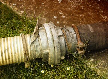 Photo pour Tuyaux d'égouts pour extraire l'eau septique de la fosse septique dans la cour - image libre de droit