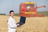 Žena agronom v pšeničné pole