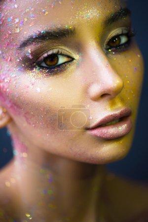 Photo pour Un beau visage de femme avec des éléments d'art visage - image libre de droit