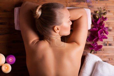 Photo pour Femme prenant soins de spa et de la sophrologie - image libre de droit