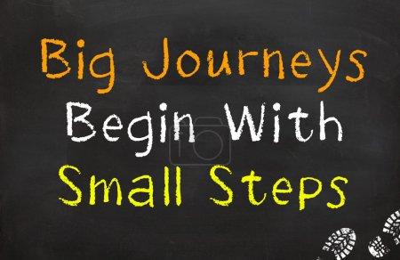 Photo pour Motivation disant que vous devez faire de petits pas pour atteindre de grands voyages - image libre de droit