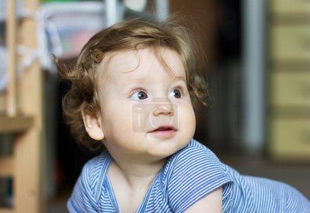 Photo pour Bébé drôle jouant avec des jouets à la maison. Petit garçon souriant. Portrait-enfant de l'année - image libre de droit