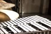 Bicí nástroje v sále senátu. Bubny. Marimba. Basy. Jazz. intimní osvětlení