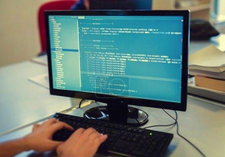 Photo pour Développeur travaillant sur les codes sources sur ordinateur au bureau. - image libre de droit