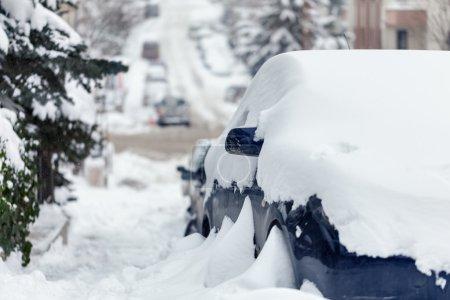 Photo pour Voitures et les routes couvertes de neige - image libre de droit