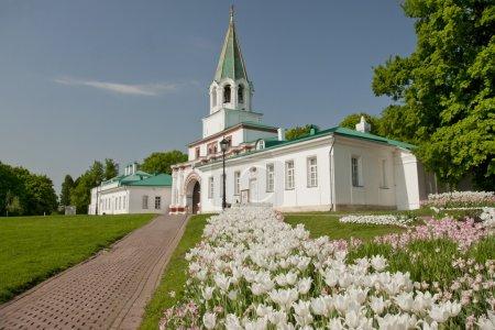 Photo pour Complexe de portes avant de Kolomenskoye (1672-1673) à Moscou avec lit tulipe au premier plan . - image libre de droit
