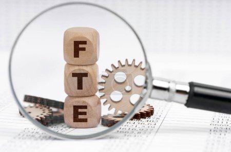 Photo pour Concept d'entreprise. Il y a une loupe sur les documents qui pointe vers les cubes avec l'inscription - ETP - image libre de droit