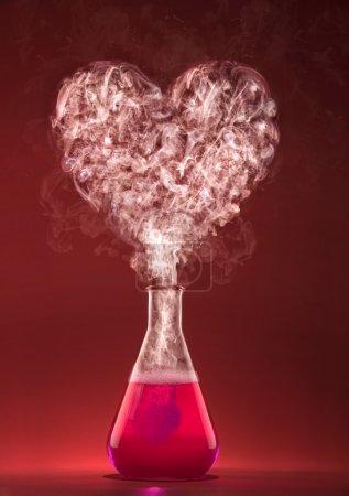 Photo pour J'adore la chimie. Expérience scientifique avec la fumée de forme de coeur. - image libre de droit
