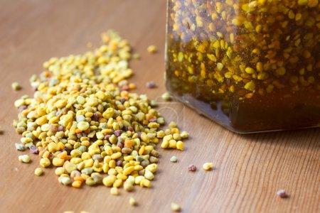 Photo pour Pollen d'abeille et miel comme compléments alimentaires sains - image libre de droit