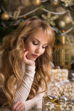 Photo pour Jeune belle fille blonde, femme dans une belle chambre avec un arbre de Noël, un arbre de Noël, une fille avec des cadeaux, arbre d'or, cheveux dorés, femme heureuse nouvelle année - image libre de droit