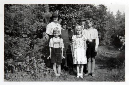 Photo Vintage : famille posant à l'extérieur