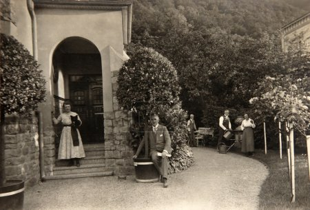Photo pour Photo Vintage, daté septembre 1924, indique Mme Mary Trunk et M. Anton Trunk pose en plein air avec les amis et chien, Rheinhessen, Germany. - image libre de droit