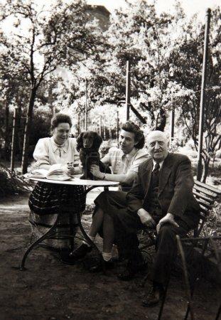 Photo pour Photo vintage, datée de mai 1928, montre Mme Judith Kiefer, Mme Birgit Kiefer et M. Carl Kiefer posant à l'extérieur avec chien, Erfurt, Allemagne . - image libre de droit