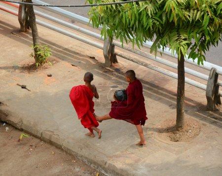 Photo pour YANGON, MYANMAR - 30 JANVIER 2015. Les novices bouddhistes qui vivent dans le monastère viennent recevoir de la nourriture de donateurs à Yangon, au Myanmar.. - image libre de droit