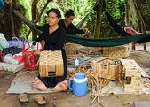 Asijské lidé pracují uvnitř kokosové rohože dílna