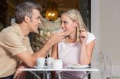 Pár v lásce pití kávy