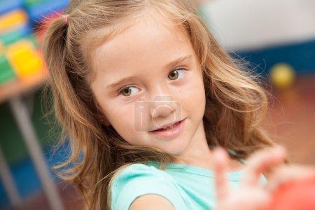 Photo pour Jolie fille souriant à la maternelle - image libre de droit