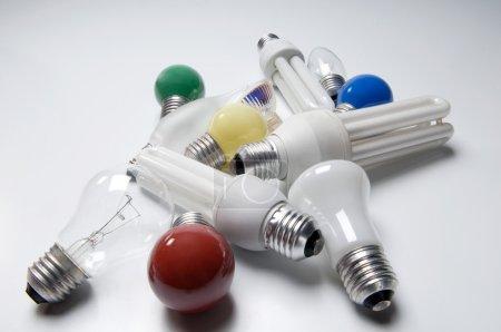 Photo pour Gros plan, ampoules électriques sur fond blanc - image libre de droit