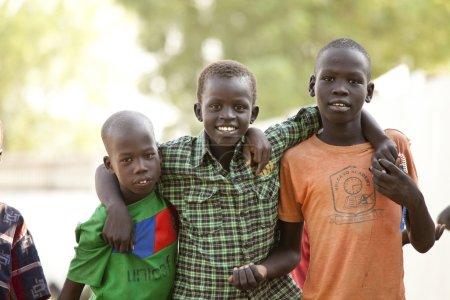 Photo pour BOR, SOUTH SUDAN-FEBRUARY 26 2013: Unidentified children play in the village of Bor, South Sudan - image libre de droit