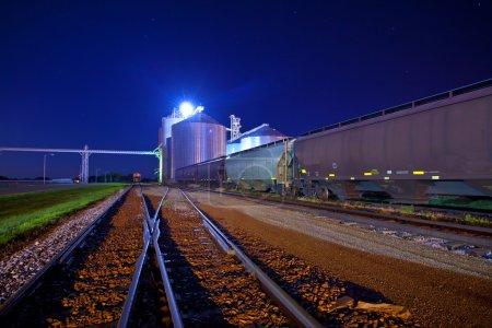 Photo pour Gare de triage et jonction la nuit avec les silos à grain - image libre de droit