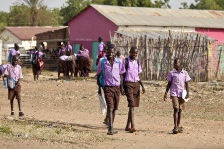 Photo pour Torit, Soudan du Sud-20 février 2013 : Des élèves non identifiés en uniforme quittent l'école au Soudan du Sud. - image libre de droit