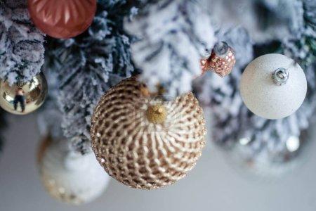 Photo pour Beaux jouets de Noël sur un arbre artificiel - image libre de droit