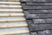 Střešní latě a kameny na střeše ve výstavbě
