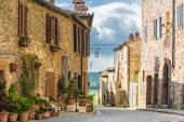 Rues d'été dans la ville médiévale de Toscane