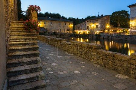 Photo pour Petite ville médiévale toscane célèbre pour ses eaux thermales, Bagno Vignoni . - image libre de droit