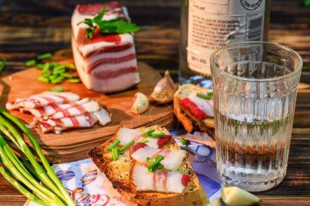 Photo pour Bacon de saindoux sur pain grillé aux herbes - image libre de droit