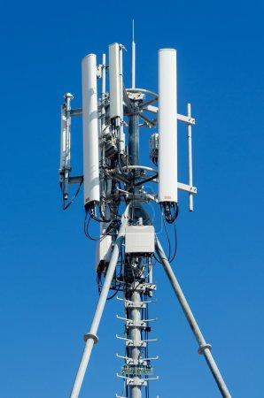 Photo pour Antenne de répéteur de communication de téléphone portable. Antenne réseau de téléphonie mobile . - image libre de droit