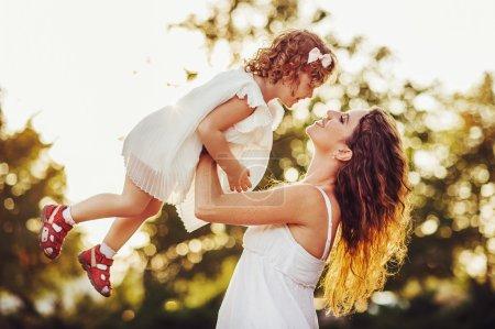 Photo pour Mère et fille marcher dans la nature - image libre de droit