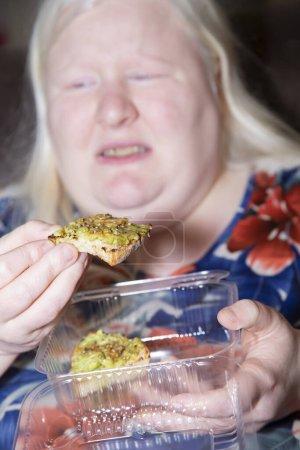 Mujer albina repentinamente tiene dolor de estómago mientras come tostadas de aguacate