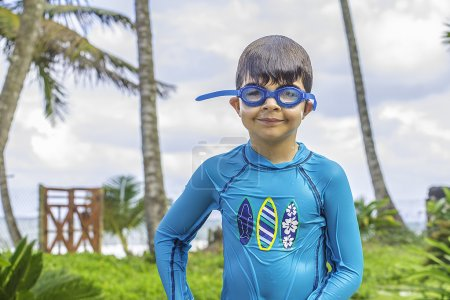 Foto de Un joven con gafas de natación que está mojado de la piscina. - Imagen libre de derechos