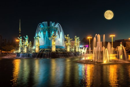 Photo pour Fountain Friendship of Nations in the evening, VDNKh (All-Russia Exhibition Centre). - image libre de droit