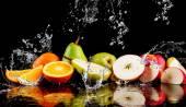 """Постер, картина, фотообои """"Груши, яблоки, оранжевые фрукты и разбрызгивать воду"""""""