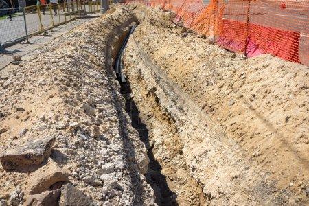 Photo pour La tranchée creusée dans la terre - image libre de droit