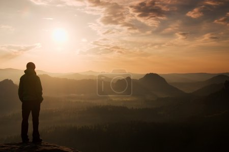 Photo pour Randonneur debout sur le coin pointu du rocher de grès dans le parc des empires rocheux et regarder Ove - image libre de droit