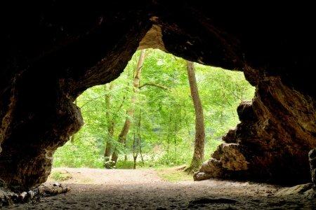 Photo pour Montagne forrest, vue depuis la grotte. Dôme de grès - image libre de droit