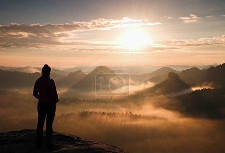 Photo pour Jeune fille seule fête touristique lever du jour sur le coin pointu du rocher de grès et veille sur la vallée au soleil . - image libre de droit